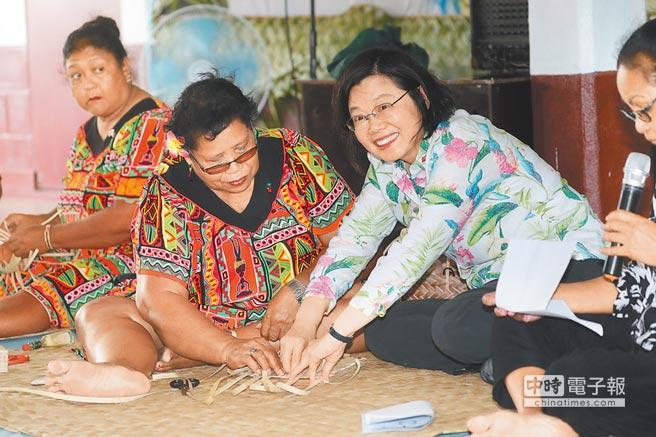 蔡總統前往南太3友邦訪問,22日下午參訪帛琉手工藝品展售中心,學習編織傳統餐盤墊。不過民進黨內部仍針對是否「蔡賴配」傷透腦筋,各種意見都有。(中央社)