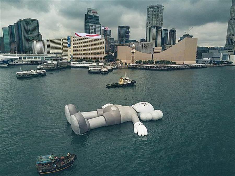 《KAWS:HOLIDAY》第三站香港!從3月22日起正式登陸香港維多利亞港。(香港旅遊發展局提供)