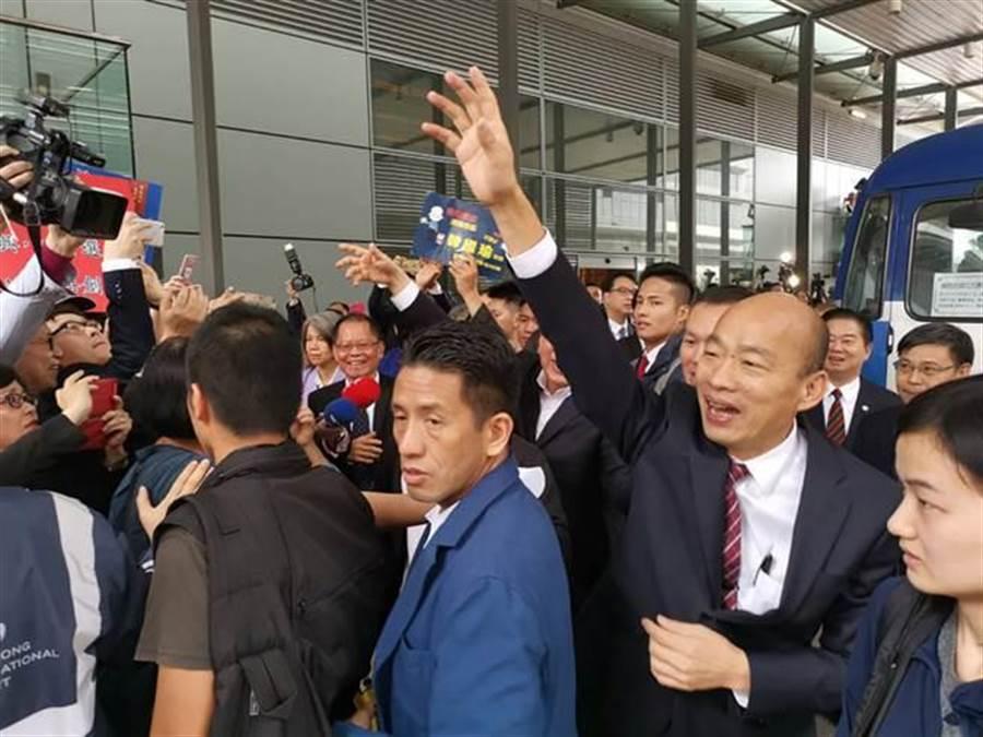 高雄市長韓國瑜(前右2)一行22日抵達香港機場,有近百名居港台人及親台人士到場迎接。(中央社)
