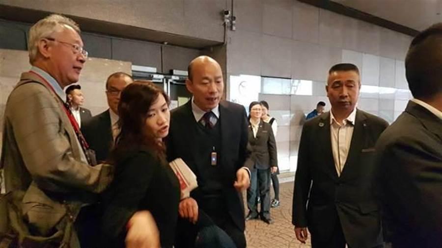 高雄巿長韓國瑜23日一早離開香港飯店,準備搭車前往澳門。(劉宥廷攝)