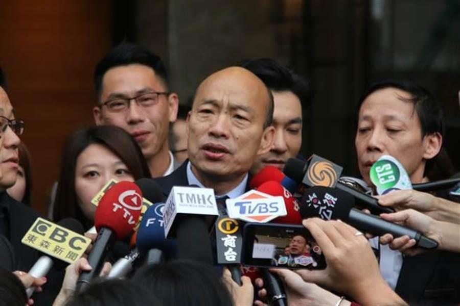 高雄巿長韓國瑜23日一早離開香港飯店,準備搭車前往澳門時,接受媒體聯訪。(劉宥廷攝)