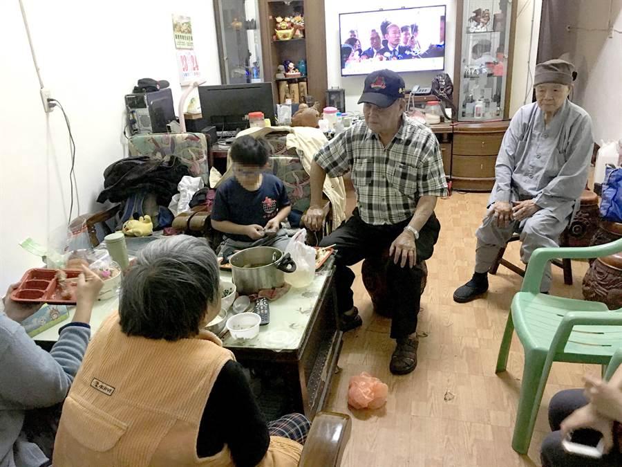 邱得滄夫妻雙亡,老母李阿梅(左下角背對畫面)晚景淒涼,情何以堪?(沈揮勝攝)