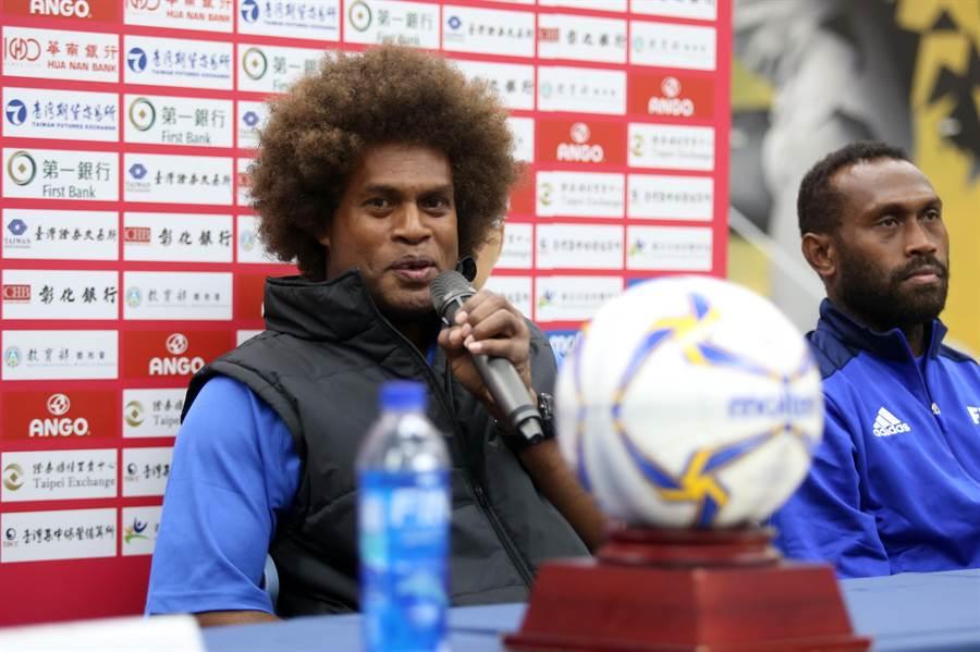 索羅門群島總教練托阿塔(左)微笑分享20年前與中華男足比賽的回憶。(李弘斌攝)