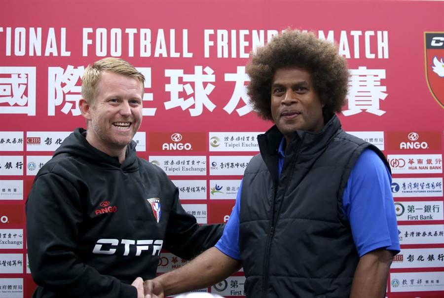 中華男足教頭蘭卡斯特(左)與索羅門群島教頭托阿塔在賽前記者會先禮後兵。(李弘斌攝)