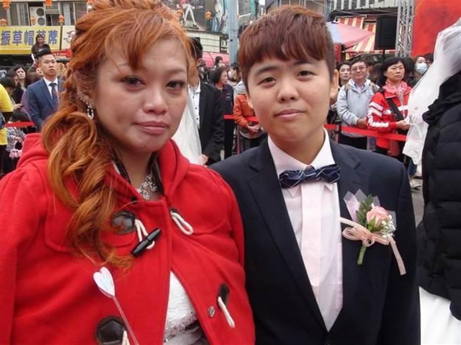 同志情侶王彩玲(左)與林芷翎(右)參加大甲媽嫁女兒集團婚禮,希望獲得最可靠的「娘家」大甲媽祖祝福。(王文吉翻攝)