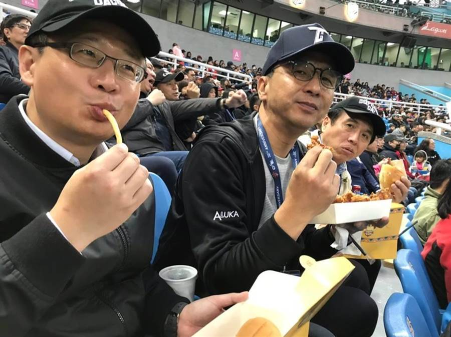 吳志揚、朱立倫、陳學聖同看中職30年開幕戰。(翻攝吳志揚臉書)