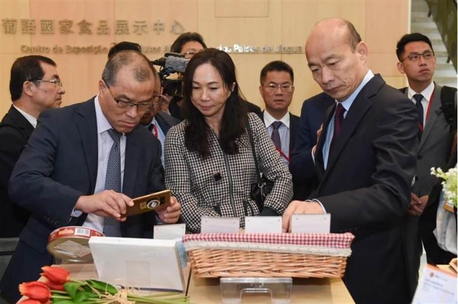 高雄市長韓國瑜(前右1)23日參觀葡語國家食品展示中心。(中新社)