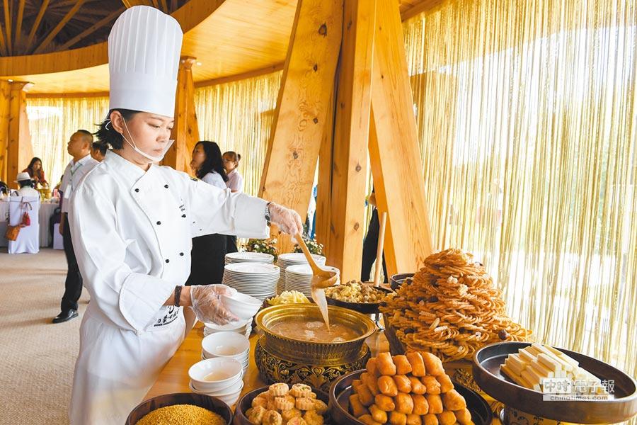 了解當地飲食習慣,有助熟悉大陸同事。圖為蒙古美食。(新華社資料照片)