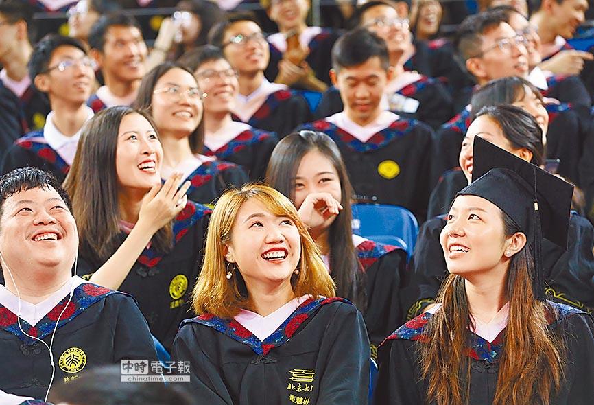 有金融業高管指出,大陸的大學生對於爭取到企業實習的態度較台、港學生積極。圖為北京大學2018年本科生畢業典禮。(新華社資料照片)
