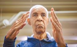 殘而不廢活得精采練琴60年 單手彈出動人旋律
