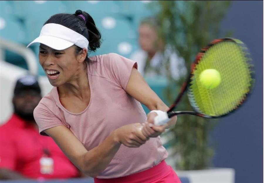 謝淑薇在邁阿密網球賽女單先扳倒現任世界球后大坂直美,雙打再贏今年澳網16強美國組合。(美聯社)