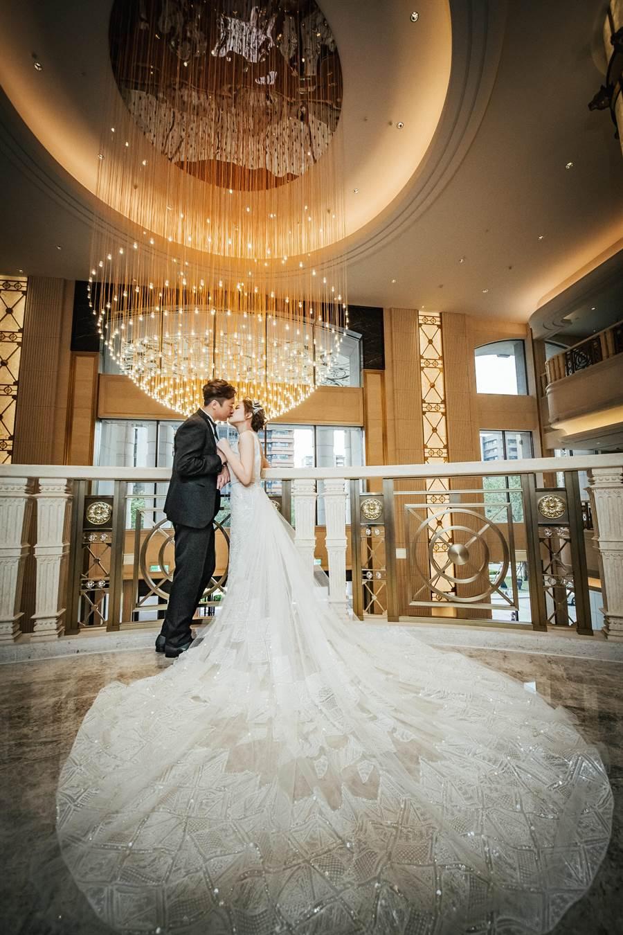 歐式浪漫風格搭配深V領現代魚尾幾何蕾絲婚紗,現代優雅風味,完美呈現。(圖/LinLi Boutique提供)