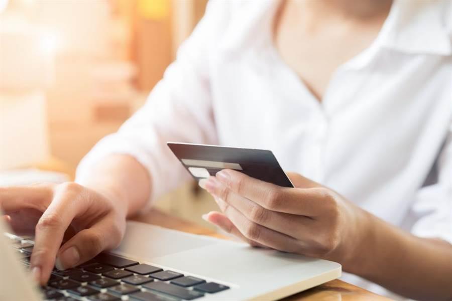 達人提醒有些信用卡現金點數須透過網路銀行等方式手動折抵兌換。 (圖/達至影像)