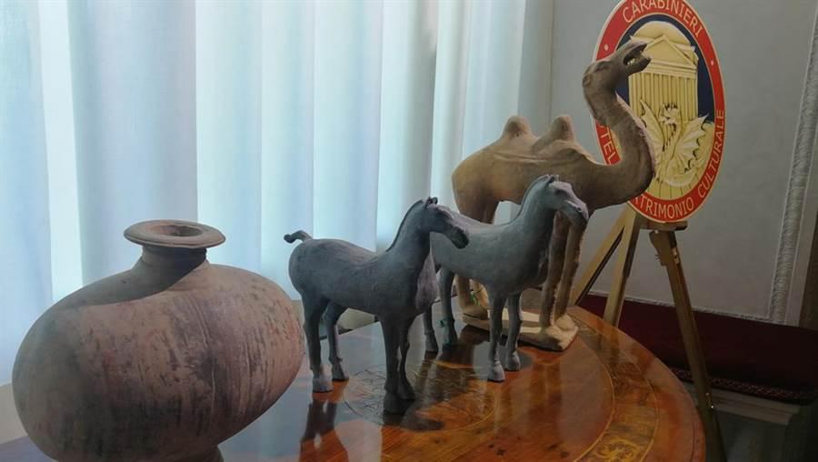 當地時間23日,在習近平和義大利總理孔特共同見證下,陸義雙方代表交換關於796件套中國流失文物藝術品返還的證書。(大陸央視)