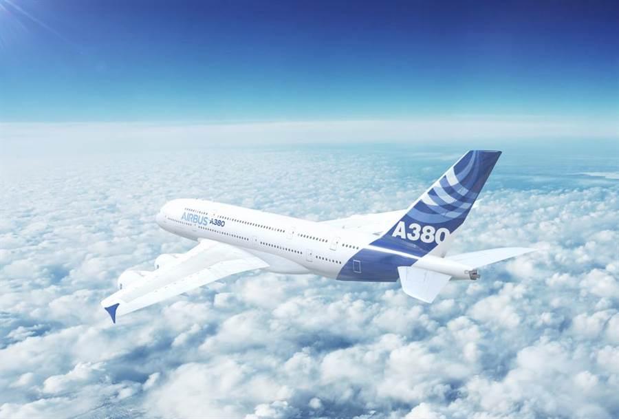空中巴士A380巨無霸客機因為機艙內座位寬敞舒適,頗受乘客好評,不過也因為營運不敷成本、不符市場趨勢,將於2021年停產。空巴當初打造A380其實是為了取代對手波音的747大型客機,進行了將近20年的豪奢賭注,最後卻慘敗。(示意圖/shutterstock)
