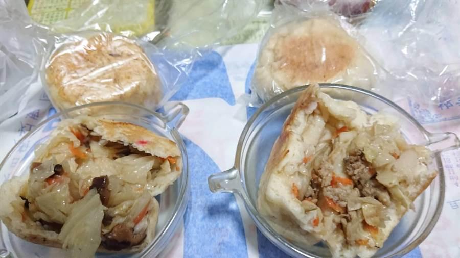 林家水煎包外皮酥脆,內餡飽滿實在,左為素食、右為葷食。(程炳璋攝)