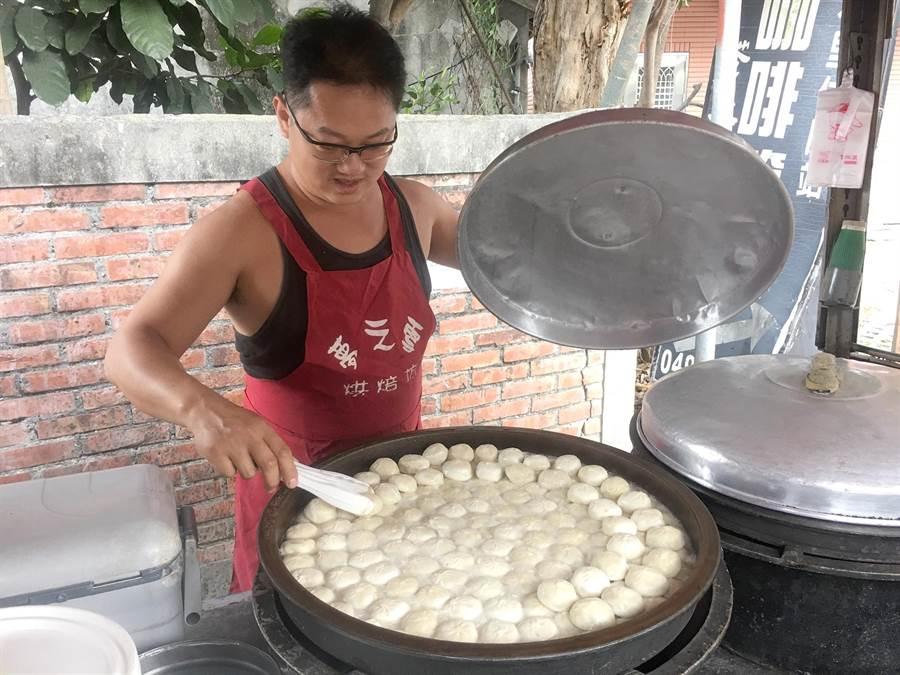 陳天祥的迷你型水煎包,在水里鄉打出高知名度。(沈揮勝攝)