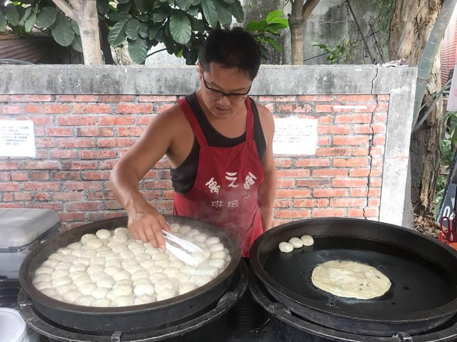 除了水煎包,陳天祥的蔥油餅也受歡迎。(沈揮勝攝)