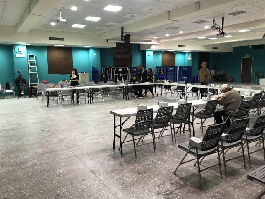 北市社會局24日在中正高中舉辦社區說明會,但社區主委及居民都不願至說明會現場溝通討論,會議僅市府人員出席。(李依璇攝)