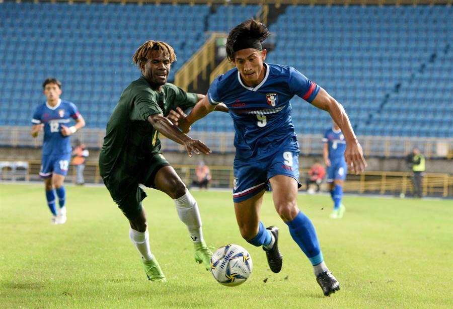 中華隊前鋒李茂(右)帶球突破。(中華足協提供)