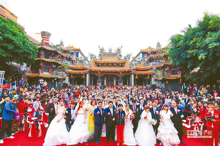 鎮瀾宮舉行2019大甲媽嫁女兒集團婚禮,99對新人喜結連理,在媽祖祝福下,攜手走向紅毯另一端。(王文吉攝)