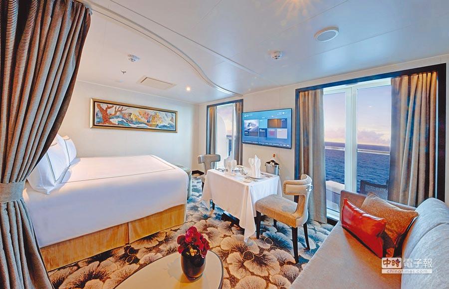 皇宮套房皆有能發呆看海的私人陽台、沙發區,住客還能享受豐富的專屬設施和禮遇。(星夢郵輪提供)