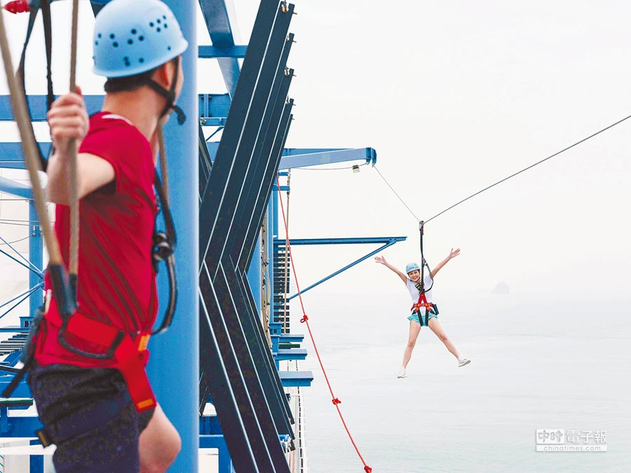喜愛挑戰極限刺激的旅客,可以去船上的「繩索教練場」體驗高空垂降。(雄獅旅遊提供)