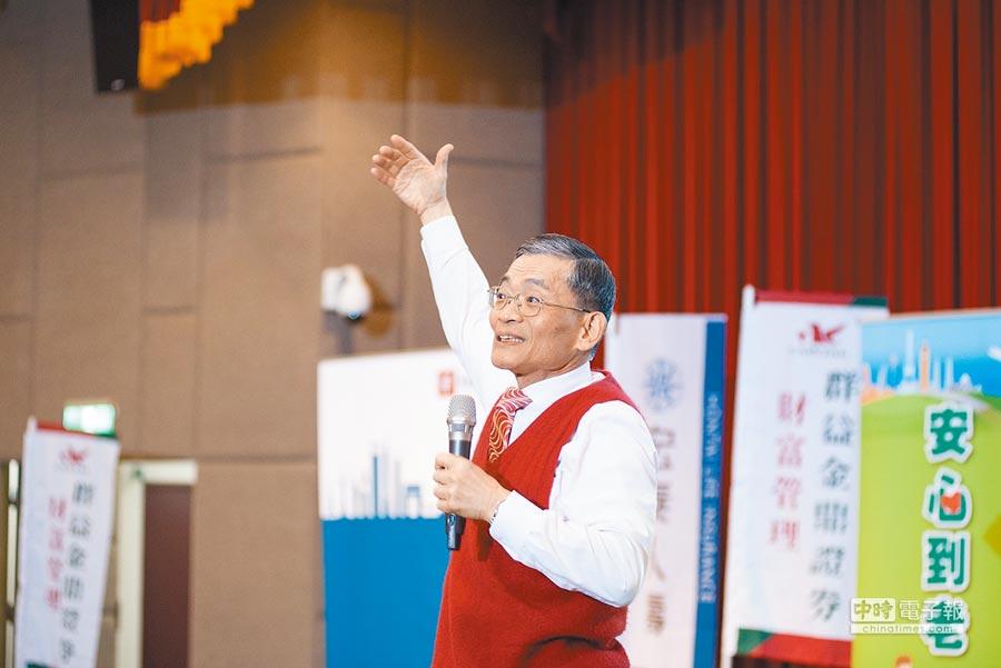 物理治療師簡文仁為民眾講解三動抗老靠自己的方法。
