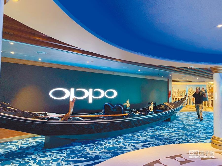 歌詩達.威尼斯號放置的威尼斯特色貢多拉遊船與背景的中國oppo螢幕相映成趣。(中新社資料照片)