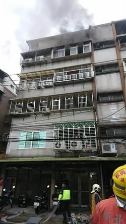 板橋公寓火警 一女受困救出送醫