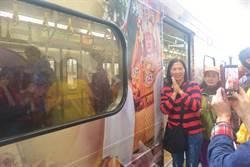 白沙媽彩繪列車首航   信眾鐵道迷冒雨搶拍