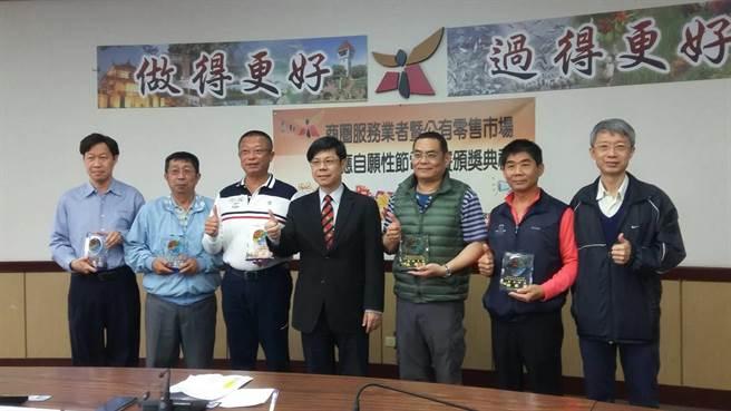 台南市政府經濟發展局針對商圈暨公有零售市場舉辦節電競賽,參與單位及店家在3個月內共省下7萬6587度電,若以1度電5元計算,等於省下近40萬電費。(莊曜聰攝)