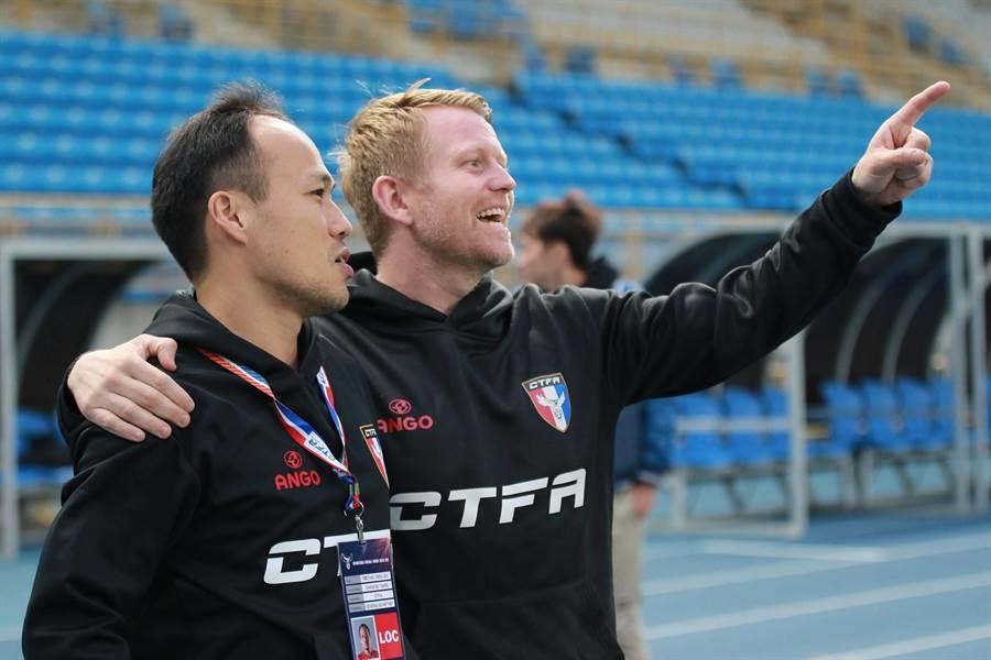 中華男足新教頭蘭卡斯特(右)在兩場友誼賽放手啟用年輕球員。(中華足協提供)