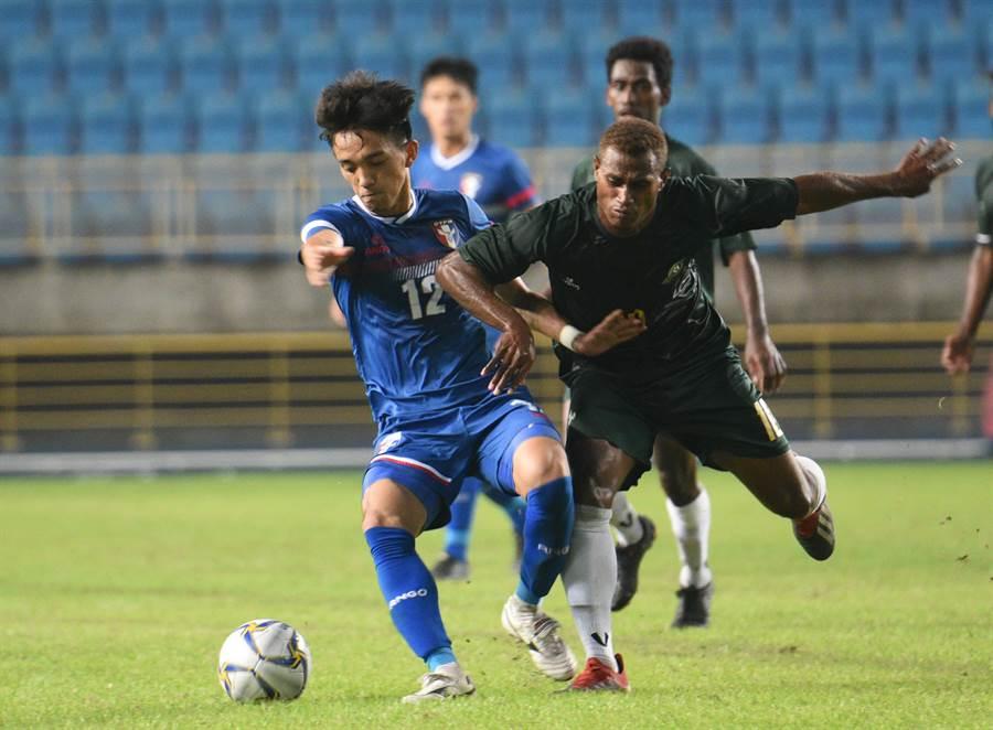 索羅門群島的足球聯賽採跨年賽制,目前球員正處於聯賽賽季中,也相當敢用身體與中華隊碰撞。(中華足協提供)