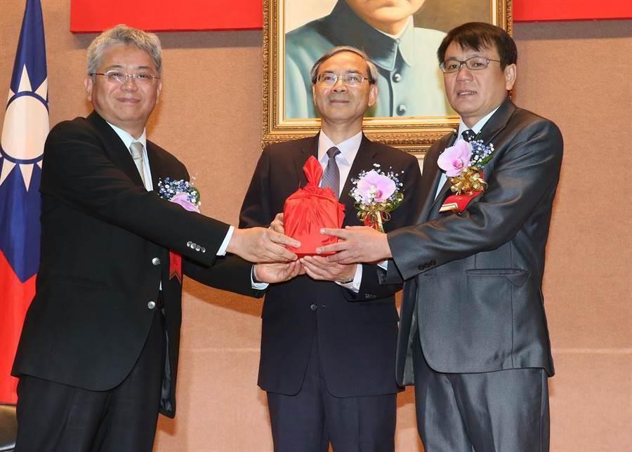 代理董事長曾國基(左)將印信交接給新任董事長丁彥哲(右)後完成儀式。(趙雙傑攝)