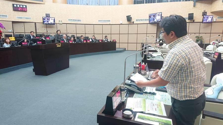 無黨籍台南市議員許又仁對地震善款提出質疑。(程炳璋攝)