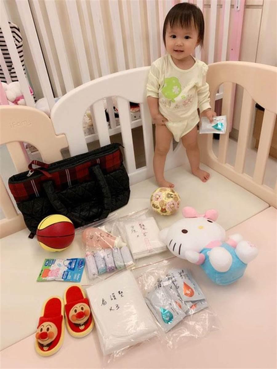 女兒愛拉醬為弟弟準備籃球和玩具。(圖/截取自江宏傑粉絲團)