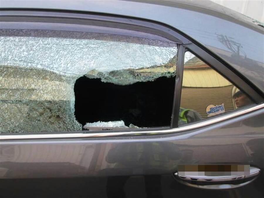 太平民眾夜間將自小客停在鵬儀路296巷內,隔天起來發現窗戶被砸報警。(馮惠宜翻攝)