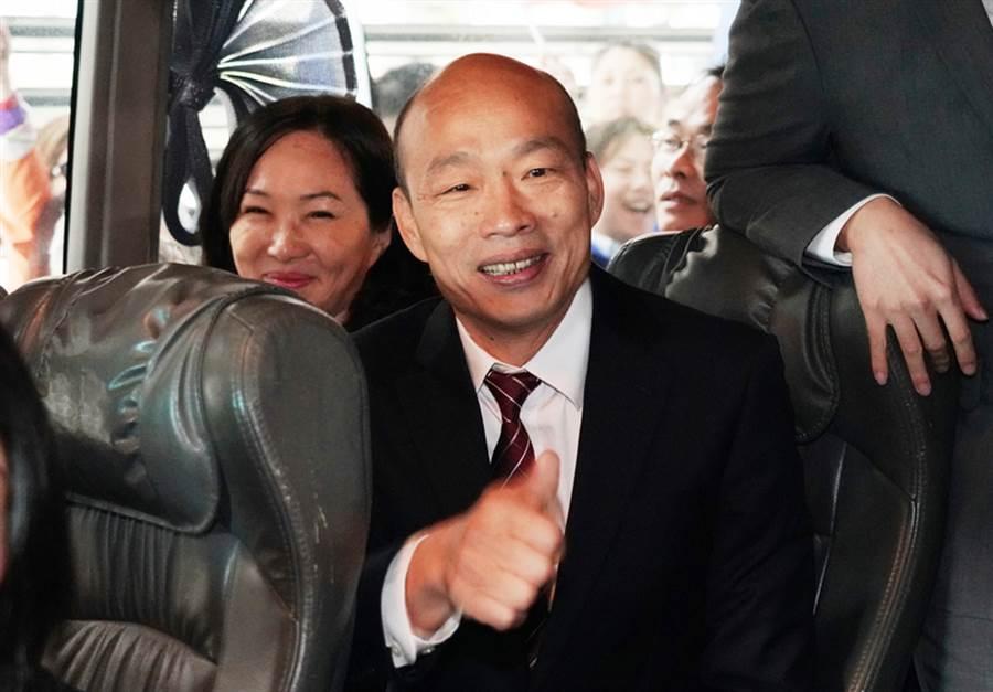 圖為高雄市長韓國瑜22日抵達香港時,向歡迎群眾比讚致意。(中新社)