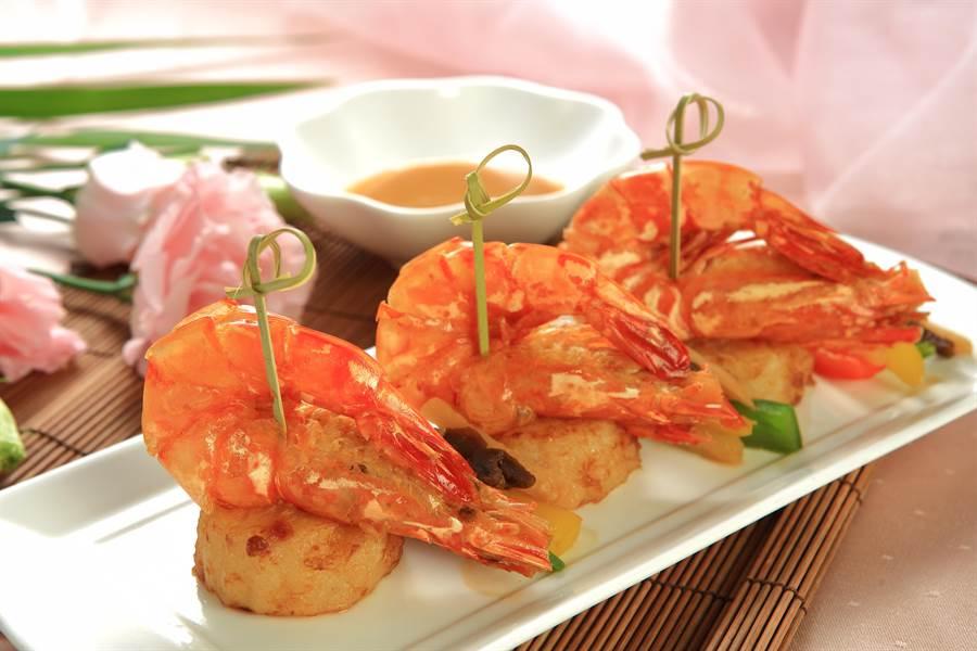 寒軒推出「桐花美饌料理」圖為「美濃醃蘿蔔燒大蝦」。(寒軒提供)