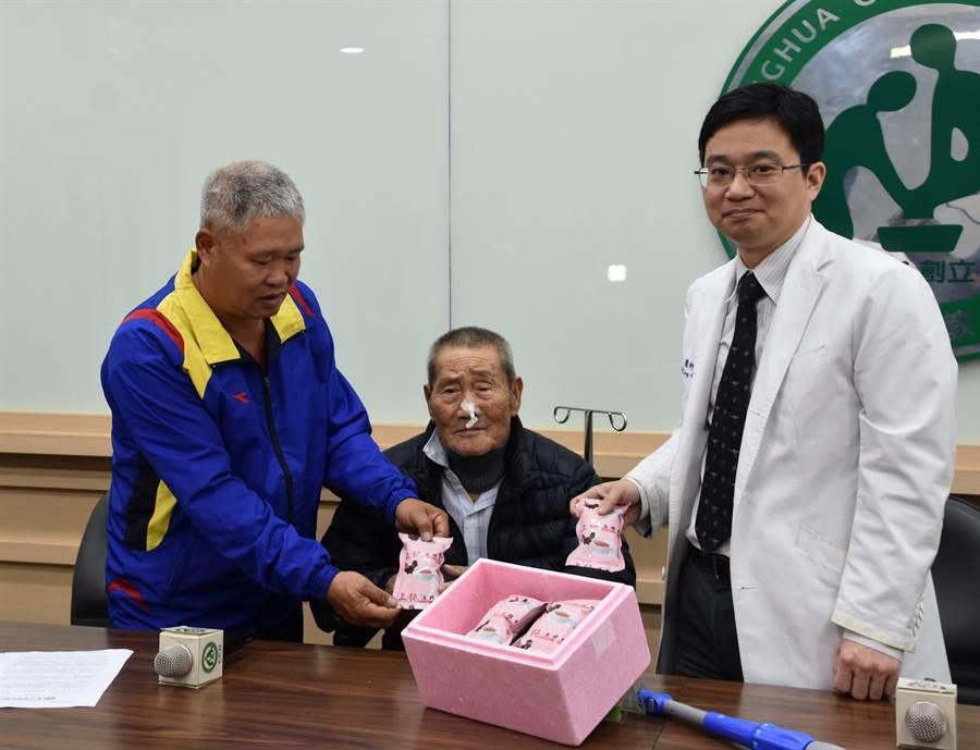 陳映澄醫師(右)代表醫療團隊貼心贈送滴雞精讓蕭火獅阿公(中)補身子;左為兒子蕭進財。(謝瓊雲攝)