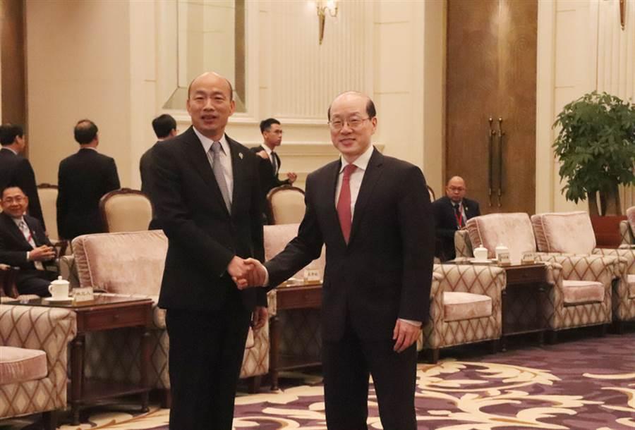 高雄市長韓國瑜(左)25日在深圳會見國台辦主任劉結一(右)。(中央社)