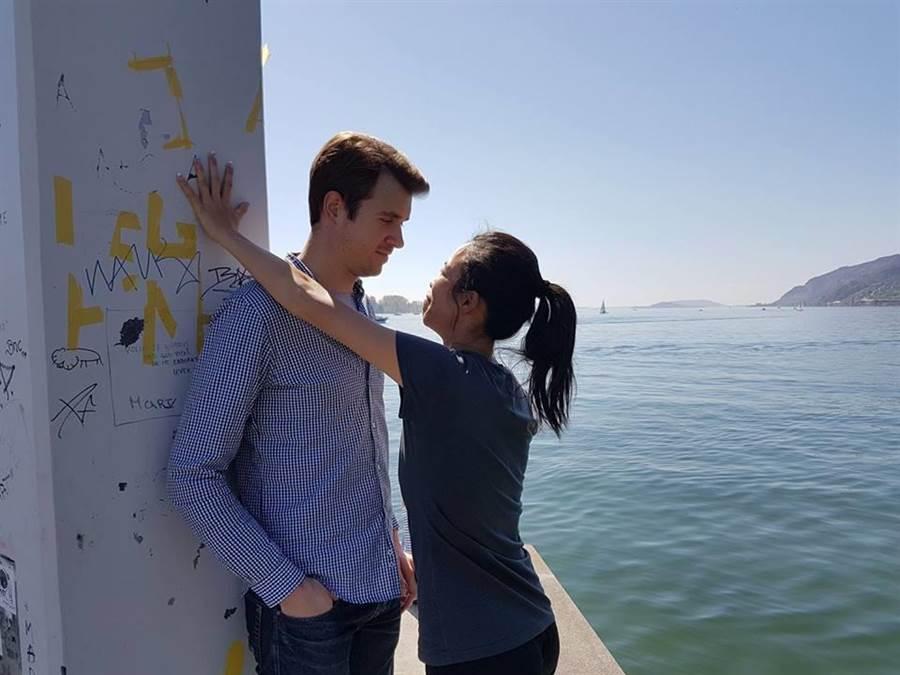 謝淑薇(右)和男友「溫柔哥」(左)的逗趣合照。(取自謝淑薇臉書粉專)
