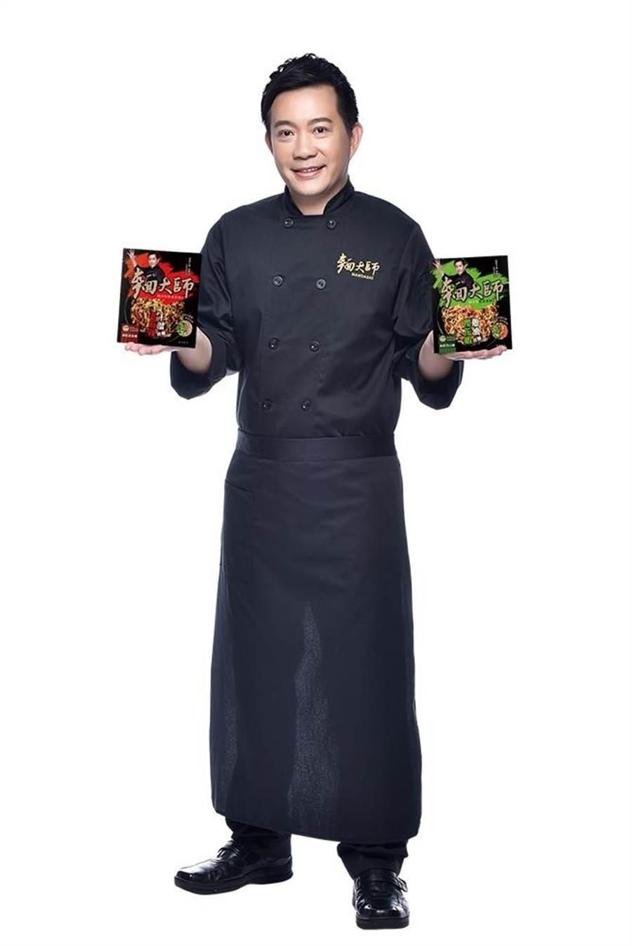 型男主廚吳秉承參與研發的「麵大師」私房獨享系列-有櫻花蝦蔥油拌麵和老麻辣干溜拌麵,家樂福每組2盒,26日前第2組5折,等於每盒34.5元。(家樂福提供)