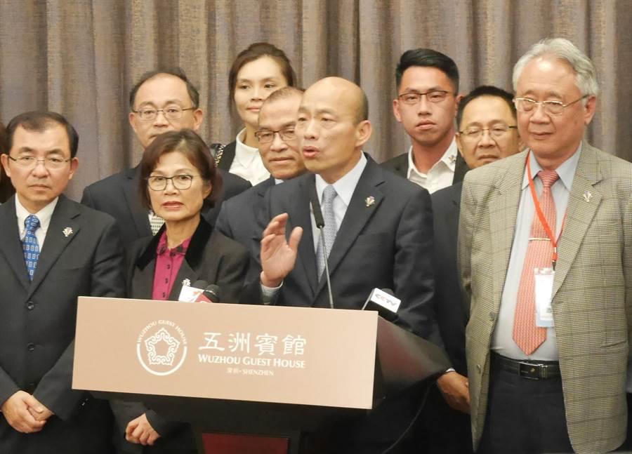 高雄市長韓國瑜25日晚接受媒體聯訪提問,重砲反擊綠營的抹紅。(陳君碩攝)