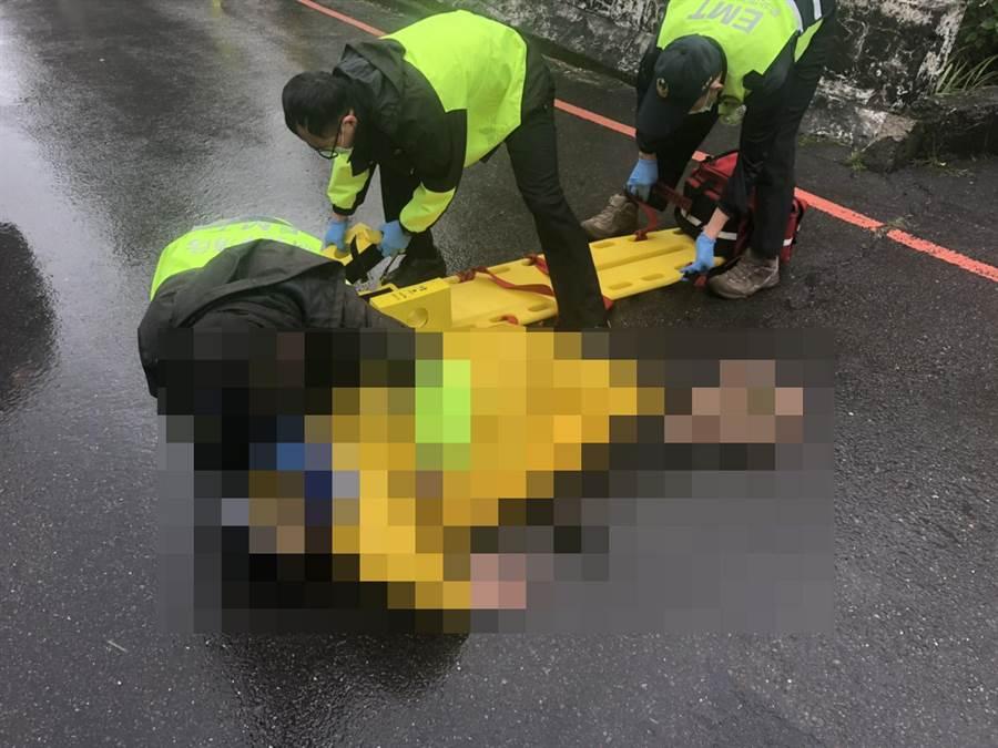 一名男子騎車自摔,疑腳踏板上鐵棍插入胸口傷重不治。(吳家詮翻攝)