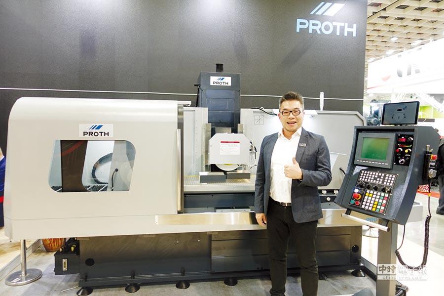 上一PSGC-50100New立柱式成型磨床參加此次台北國際工具機展,獲得許多國內外買主青睞,總經理張育正與該機型合影。圖/黃俊榮
