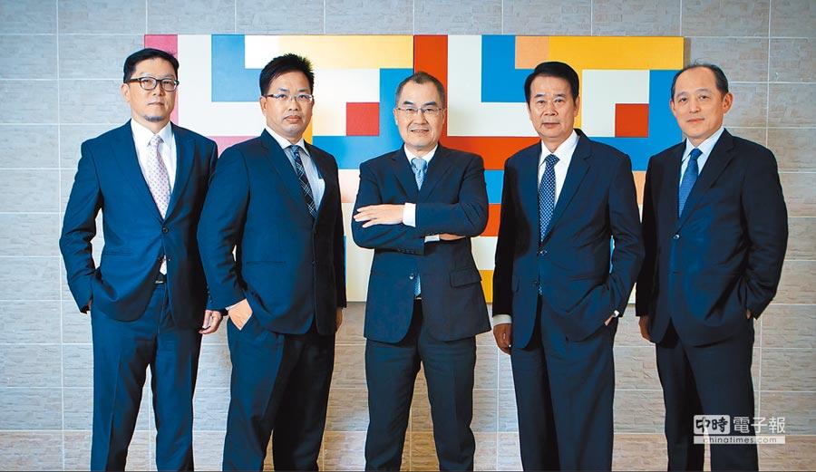 永豐金證券總經理江偉源(中)帶領財富管理團隊拚出佳績。(永豐金證提供)