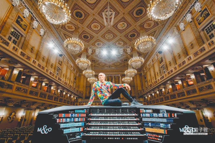 管風琴演奏家卡麥隆‧卡本特最大特色就是演奏時雙手雙腳宛如在跳舞。(牛耳提供)