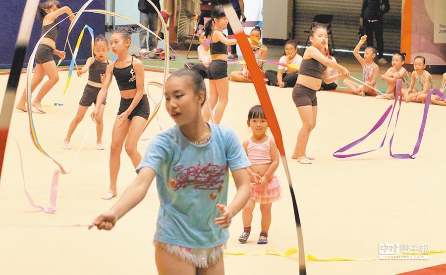 高雄巿市長盃韻律體操錦標賽,24日在中正高中揭幕。(高巿府運動發展局提供)